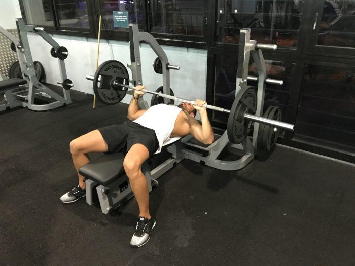 exercice-musculation-développé-couché-barre