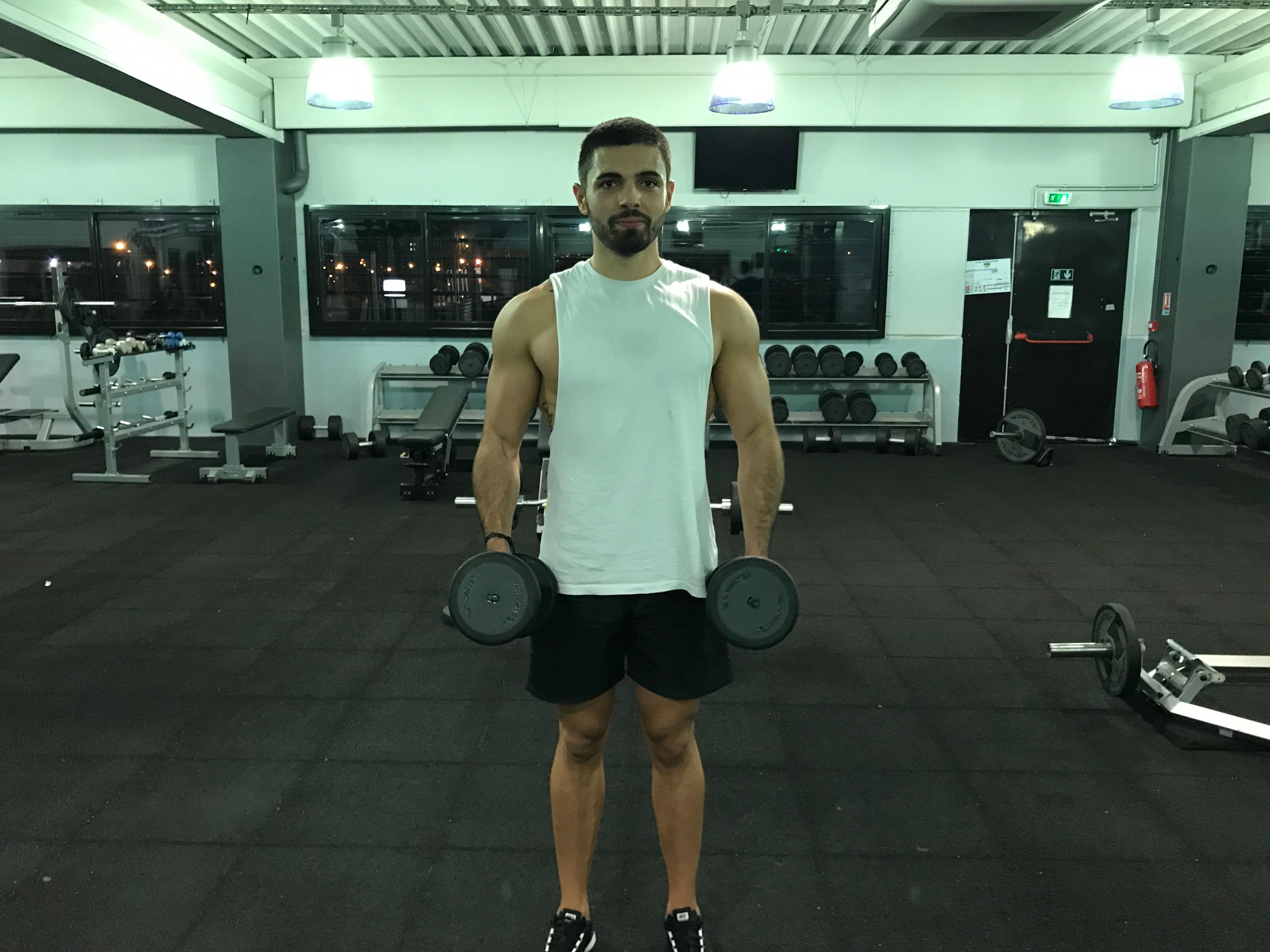 exercice-musculation-élévation-latérale-haltères