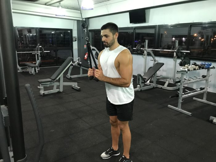 exercice-musculation-extension-triceps-corde